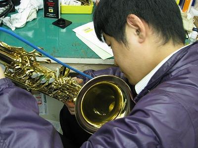 セルマーサックスの修理中(リペア,調整) 2009.5/7 1